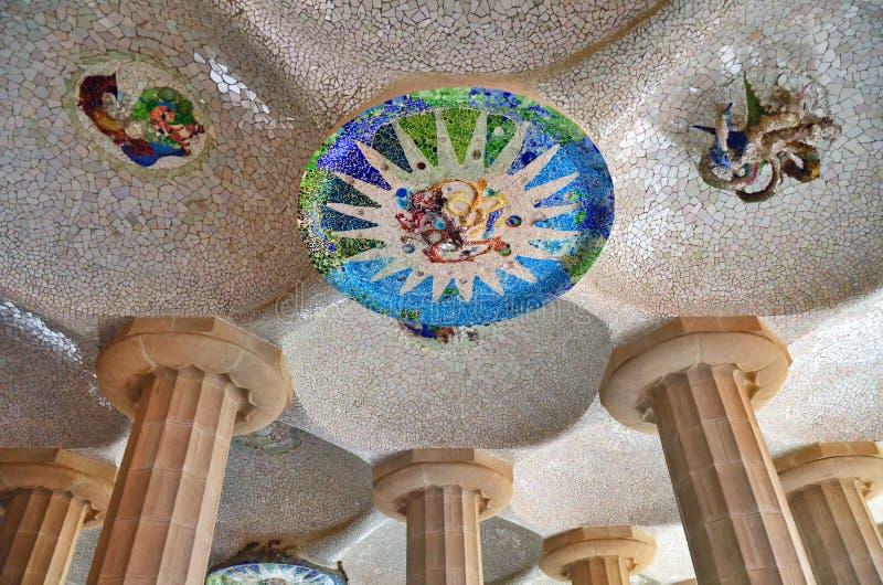Les détails de mosaïque ont conçu par Gaudi, stationnement Guell en Ba images stock