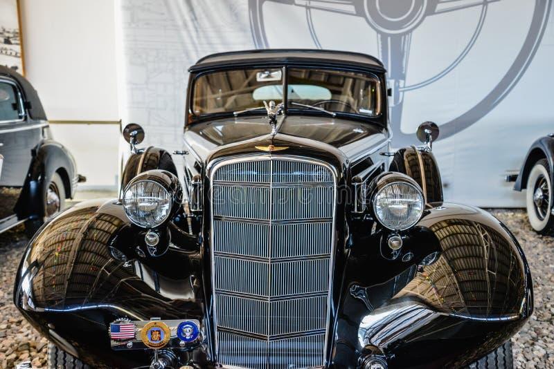 Les détails regardent de la voiture de Cadillac 370-D Fleetwood V12 du musée du transport de Moscou noir image libre de droits