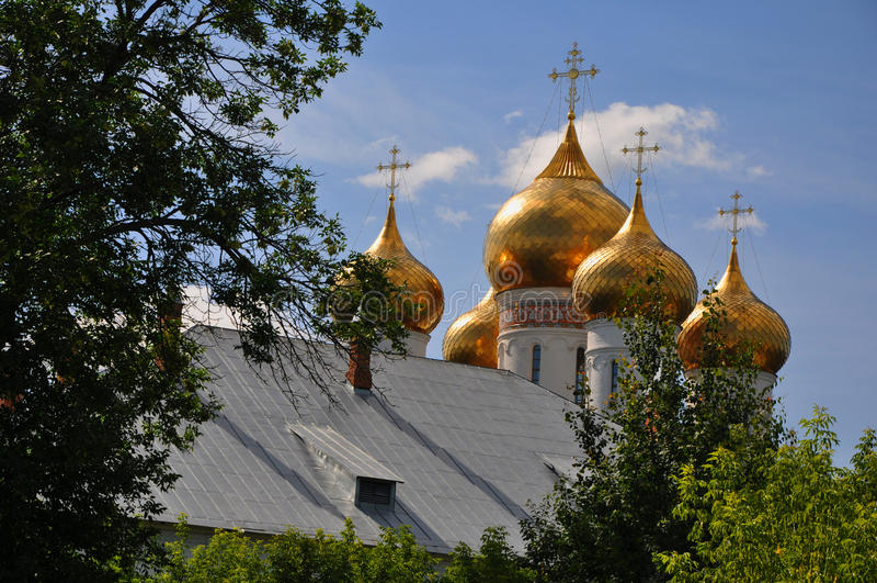Les dômes de la cathédrale d'hypothèse dans Yaroslavl image libre de droits