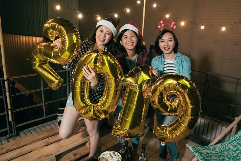 Les dames asiatiques ecited pendant la nouvelle année étant soulevée images stock