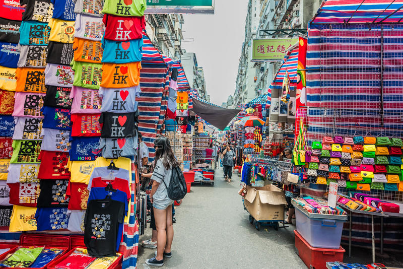 Les dames de achat de personnes lancent Mong sur le marché Kok Kowloon Hong Kong photographie stock