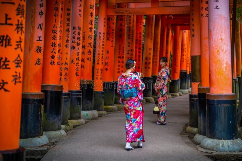 Les dames portent le yukata sur le passage couvert du tombeau de Fushimi Inari image libre de droits