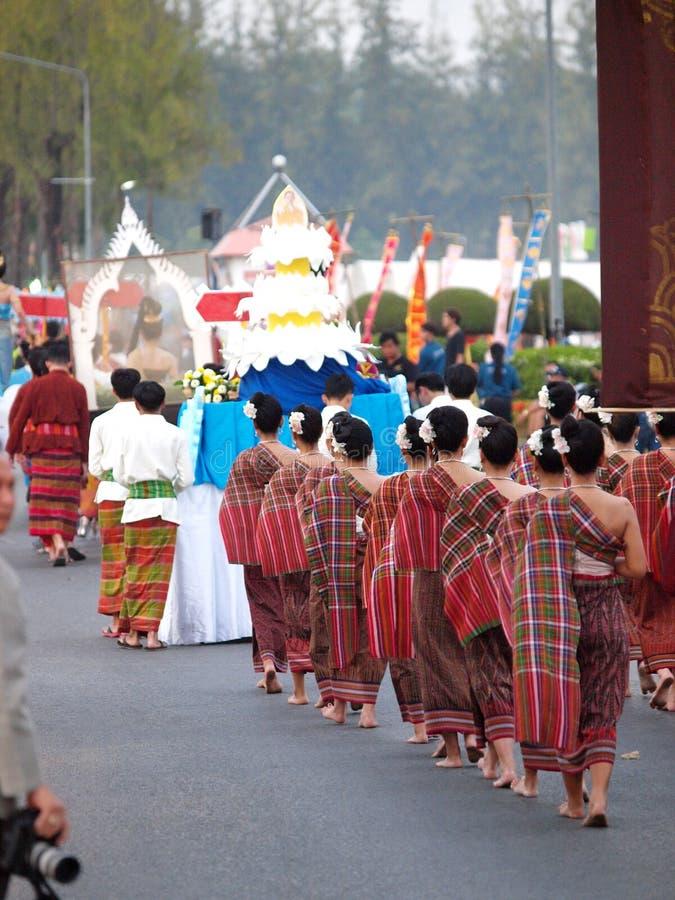 Les dames THAÏLANDAISES dans de beaux vêtements traditionnels locaux dans une cérémonie de festival défilent image stock