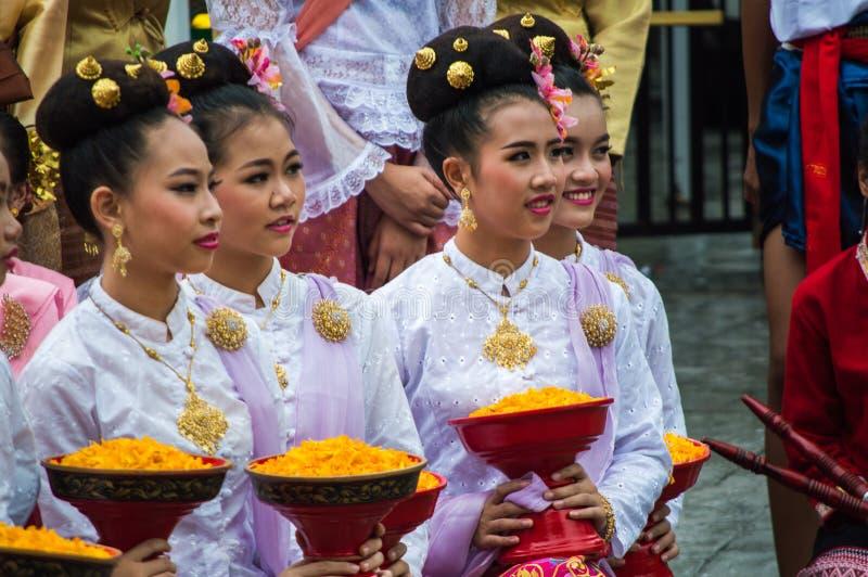 Les dames thaïlandaises tiennent une offre en Chiang Rai Candle Festival de la période prêtée bouddhiste image libre de droits