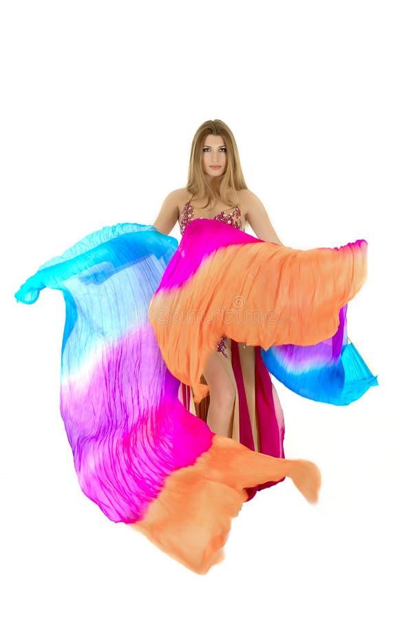 les danses attrayantes de danseur de danse de ventre préparent l'orange est de fille images stock