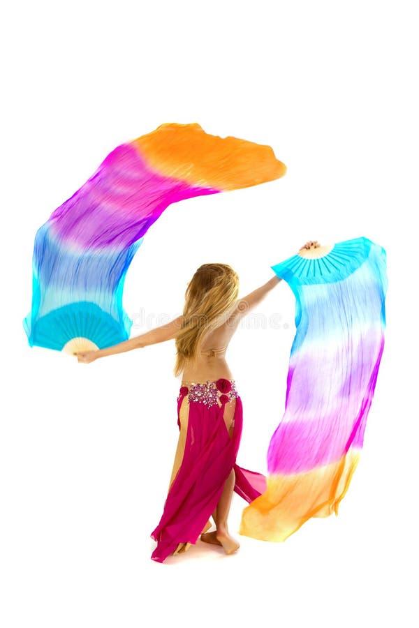 les danses attrayantes de danseur de danse de ventre préparent l'orange est de fille photographie stock