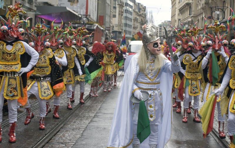 Les danseurs costumés à une rue défilent - des guerriers de démon photo stock