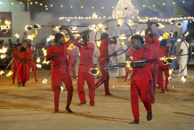 Les danseurs de boule de feu exécutent pendant le festival de Kataragama dans Sri Lanka photos libres de droits