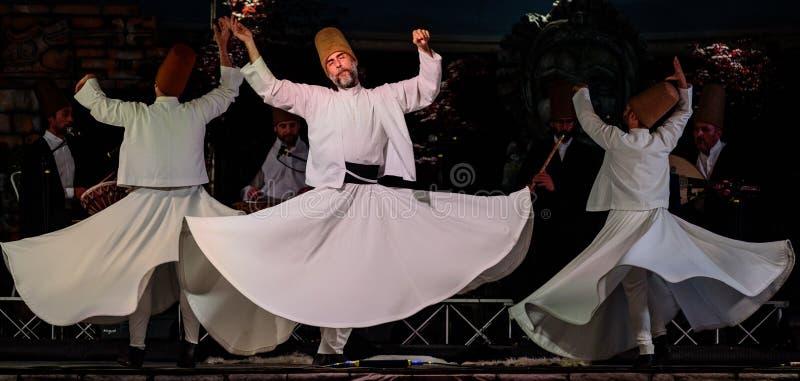 Les danseurs de tourbillonnement turcs ou danseurs de tourbillonnement de Sufi chez Spirito image stock