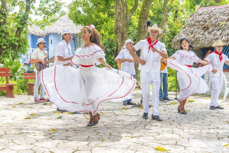 Les danseurs et les musiciens exécutent la danse folklorique cubaine photo stock