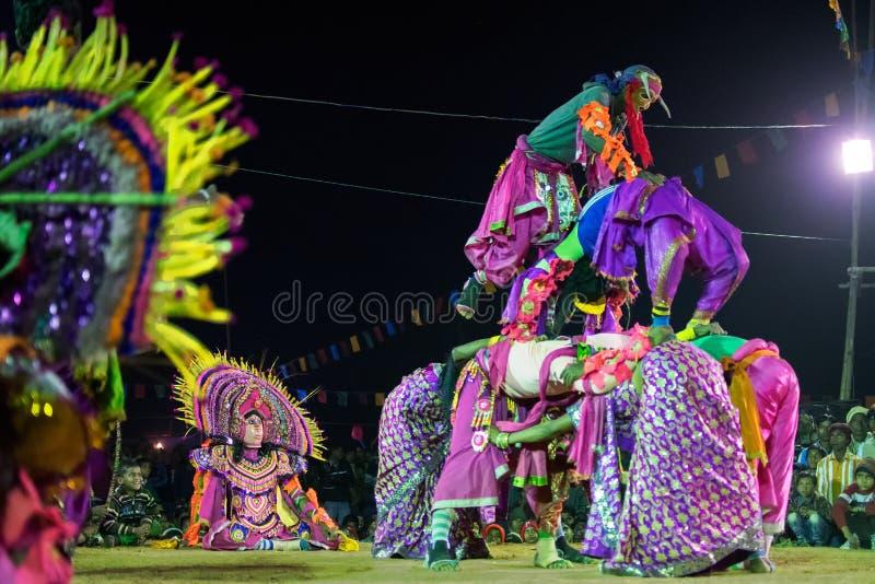 Les danseurs exécutant chez Chhau dansent le festival, le Bengale-Occidental, Inde image stock