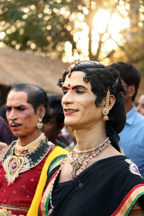 Les danseurs folkloriques masculins se sont habillés en tant que femelle dans l'Inde photographie stock libre de droits