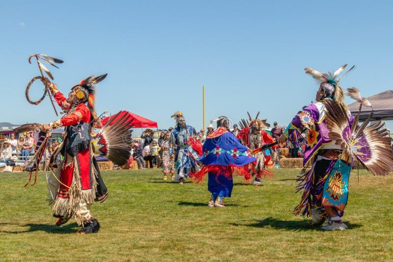 Les danseurs indigènes discutent aux bluffs de Malibu se garent dans Malibu, la Californie images libres de droits