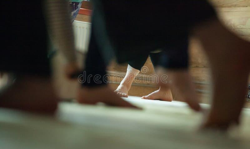 les danseurs paye, des jambes, sur le plancher photos stock