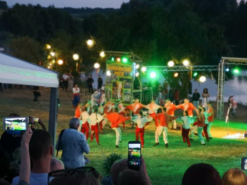 Les danseurs ukrainiens exécutent au festival Kupalski de folklore attrayant photos libres de droits