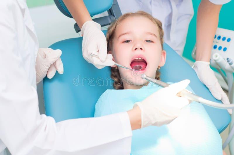 Les dentistes de visite de fille, rendent visite au dentiste photos libres de droits