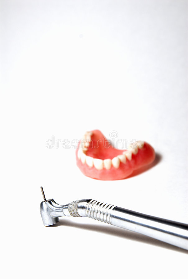 Les dentistes forent avec le moulage de dents. image stock