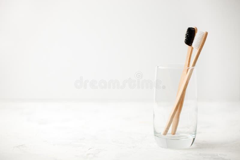 Les dents en bambou balayent sur le backgroud minimalistic concept de rebut z?ro, fond blanc, id?e simple moderne ?cologique, l'e image libre de droits