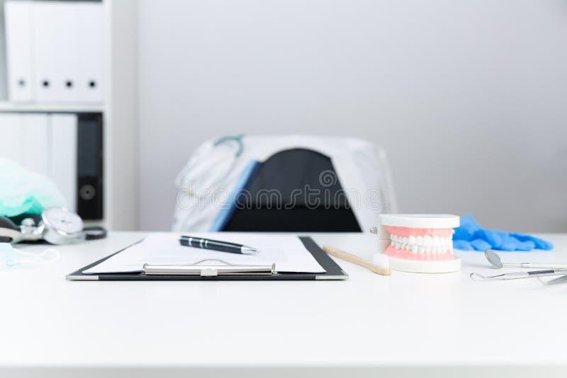 Les dents orthodontiques modèlent et les outils professionnels de dentiste sur la table dans le bureau du dentiste photo libre de droits