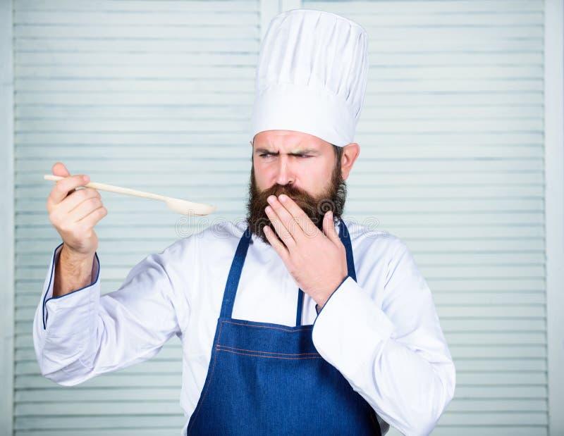 Les derniers détails Cuisson saine de nourriture Cuisinier barbu d'homme dans la cuisine, culinaire Homme de chef dans le chapeau images libres de droits