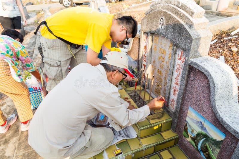 Les descendants chinois nettoient et offrent des prières aux ancêtres pendant le festival annuel de Qing Ming photo stock