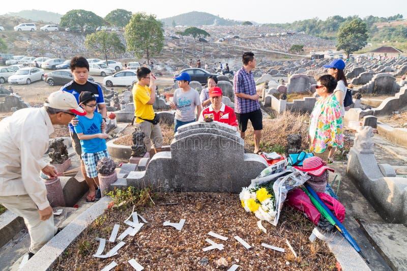 Les descendants chinois nettoient et offrent des prières aux ancêtres pendant le festival annuel de Qing Ming image stock