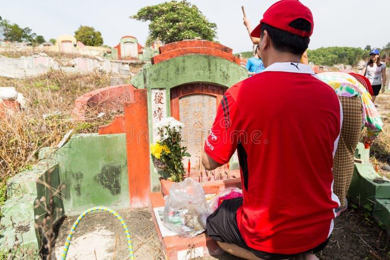 Les descendants chinois nettoient et offrent des prières aux ancêtres pendant le festival annuel de Qing Ming images stock