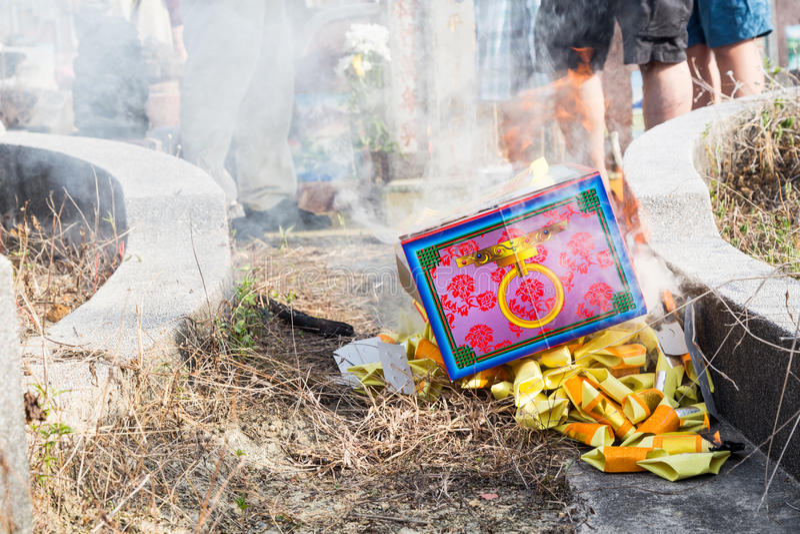 Les descendants chinois ont brûlé l'offre pendant le festival annuel de QingMing images stock