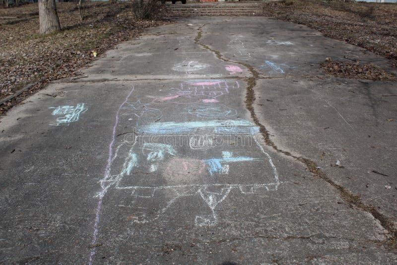Les dessins du ` s d'enfants ont coloré des crayons en premier ressort photo stock