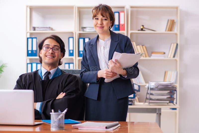 Les deux avocats travaillant dans le bureau images stock
