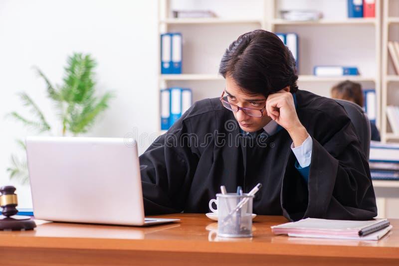Les deux avocats travaillant dans le bureau photo libre de droits