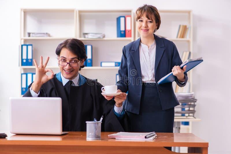 Les deux avocats travaillant dans le bureau image stock