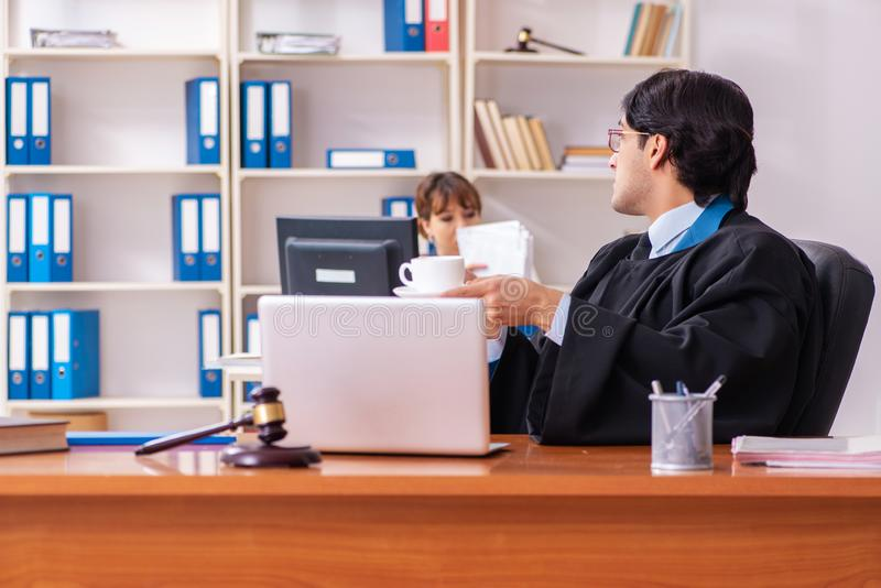 Les deux avocats travaillant dans le bureau images libres de droits