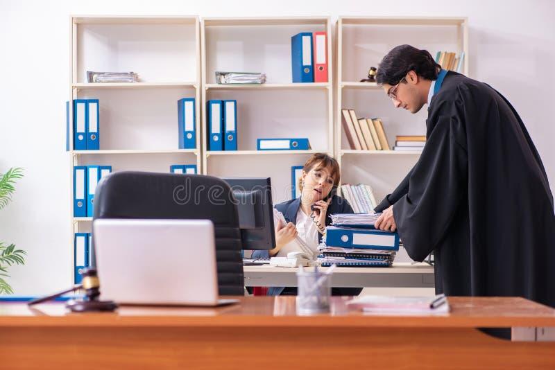 Les deux avocats travaillant dans le bureau image libre de droits