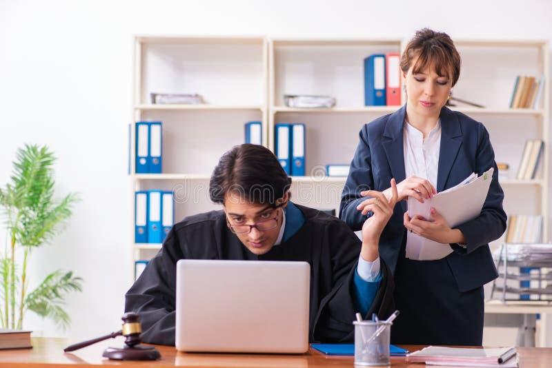 Les deux avocats travaillant dans le bureau photos stock