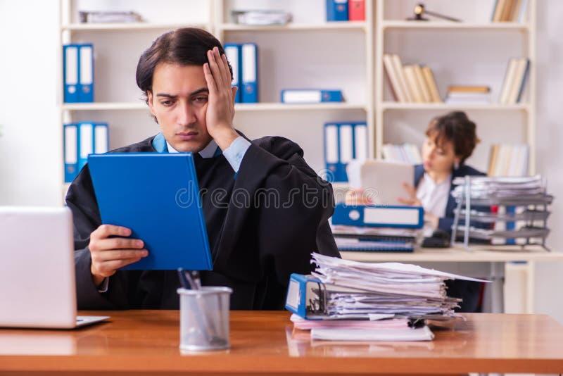 Les deux avocats travaillant dans le bureau photos libres de droits
