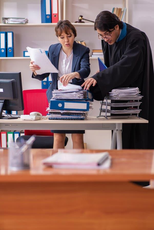 Les deux avocats travaillant dans le bureau photographie stock