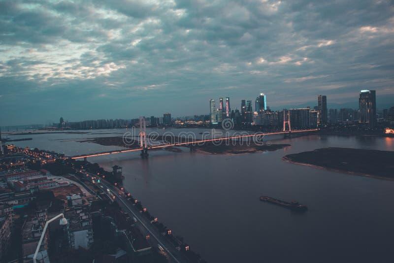 Les deux côtés de Gan River-Nightscape de ville moderne images stock