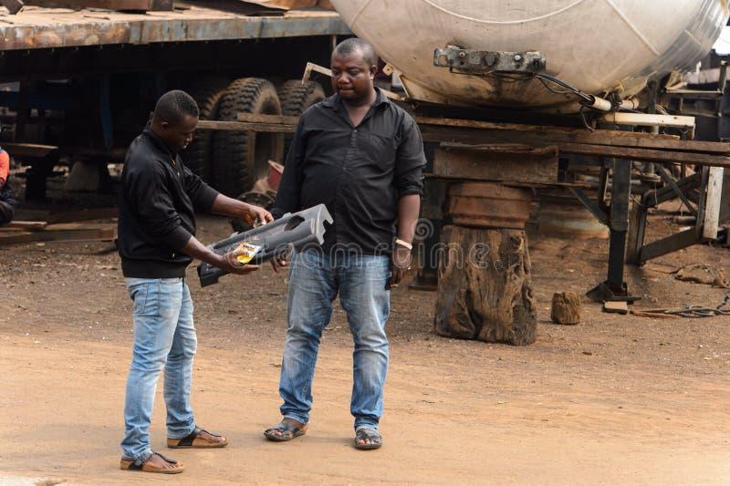 Les deux chemises et jeens noirs ghanéens non identifiés de menin regardent photos libres de droits