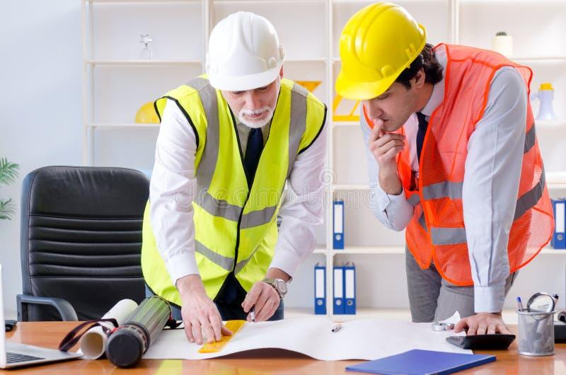 Les deux collègues d'ingénieurs travaillant sous le projet photo stock