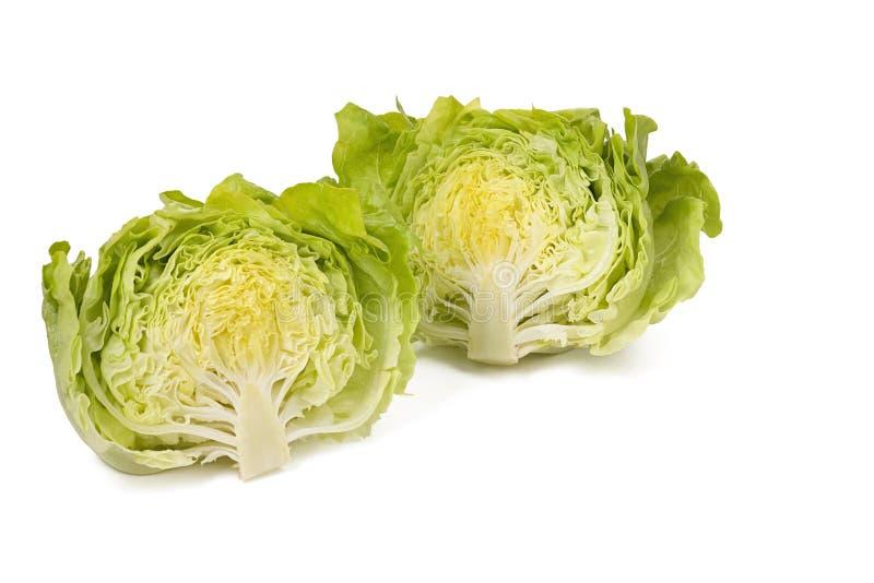 Les deux moitiés du groupe de salade 'Iceberg' d'isolement sur le fond blanc image libre de droits
