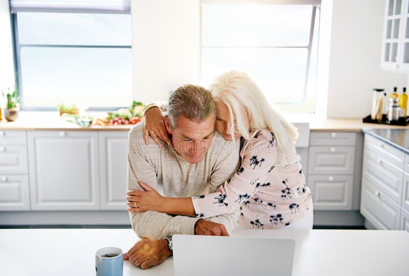Les deux personnes âgées passant en revue l'Internet images stock