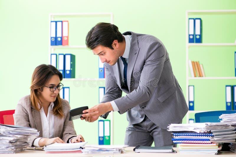 Les deux spécialistes financiers travaillant dans le bureau photographie stock