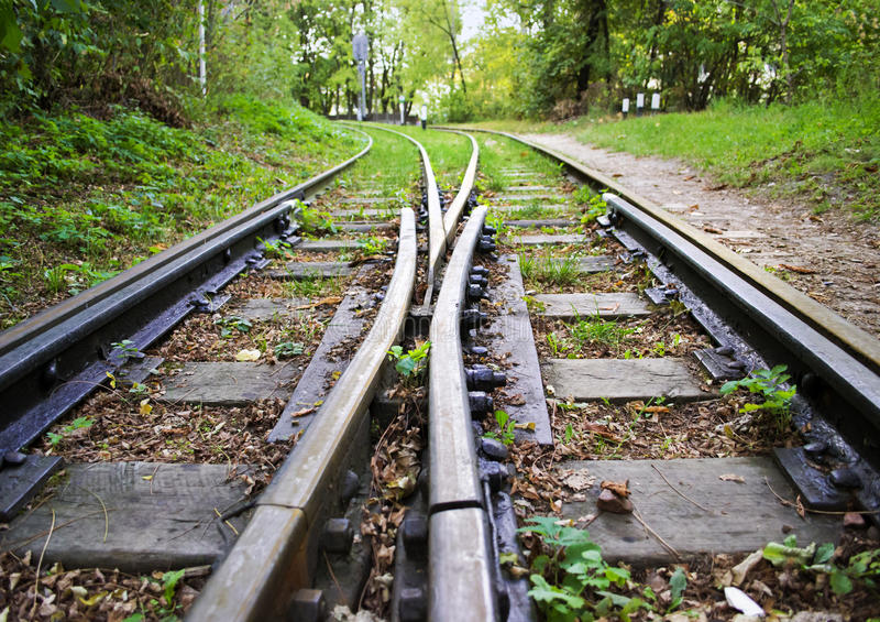 Les deux voies de chemin de fer à voie étroite, voies divergentes images stock