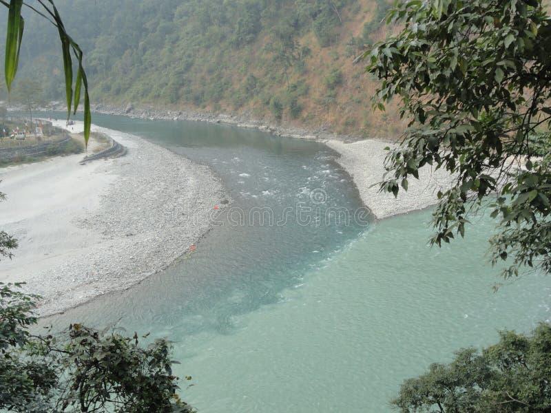 Les différentes couleurs de la rivière se réunissent à un point ! ! photo libre de droits
