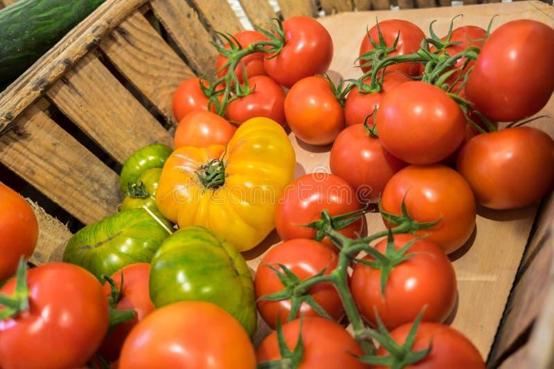 Les différentes tomates fraîches organiques se sont vendues au magasin local photographie stock libre de droits