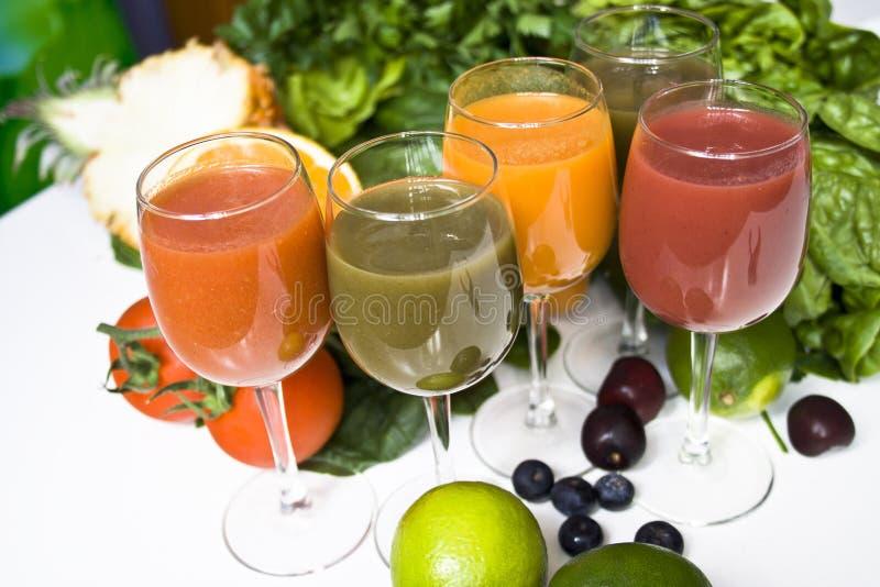 Les différents jus préparent pour boire image stock
