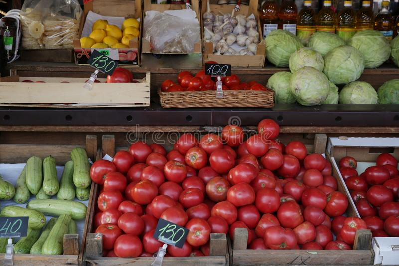 Les différents légumes, tomate et fruits frais organiques sont sur le marché image stock