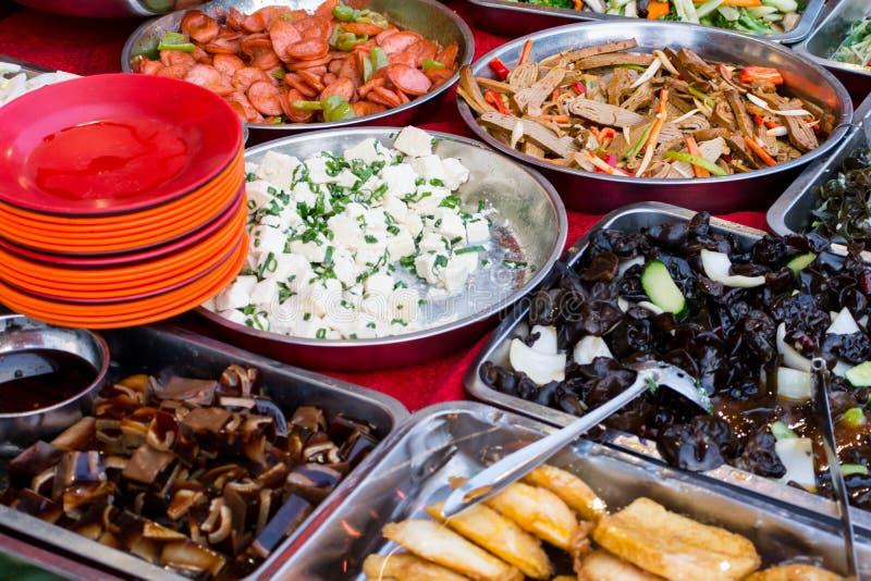Download Les Différents Plats Asiatiques Se Sont Vendus Sur Un Extérieur Le Restaurant Qu'asiatique Dans Soit Image stock - Image du assiette, barbecue: 76085921