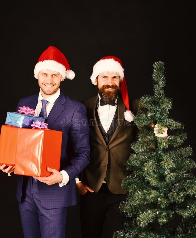 Les directeurs avec des barbes sont prêts pour Noël Hommes dans les costumes images libres de droits